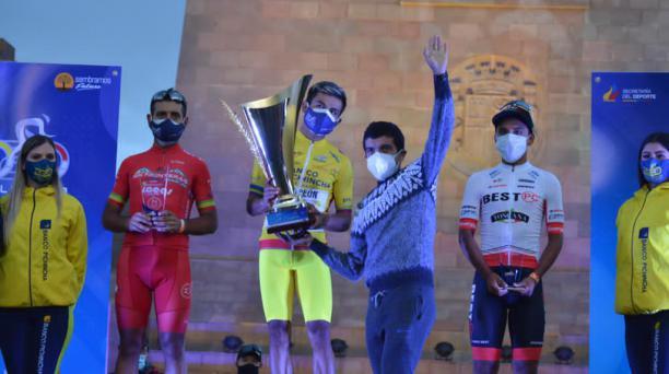 Richard Carapaz (der.) premió a Santiago Montenegro, ganador de la Vuelta al Ecuador. Foto: Mauricio Bayas / EL COMERCIO