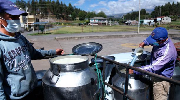 En Tahualac, Guano, los productores rematan la leche a USD 0,20 el litro cuando no logran vender a la procesadora.