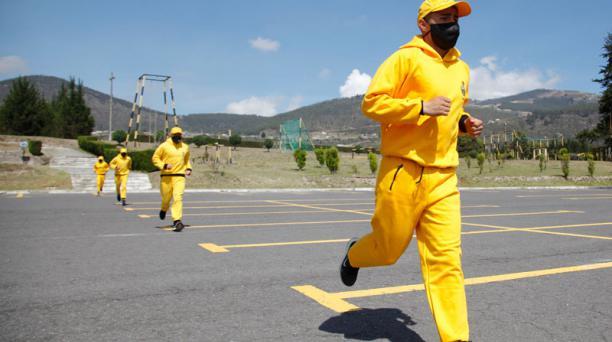 Para evitar los contagios, los cadetes se ejercitan con mascarillas. Hay rutas establecidas para cada grupo