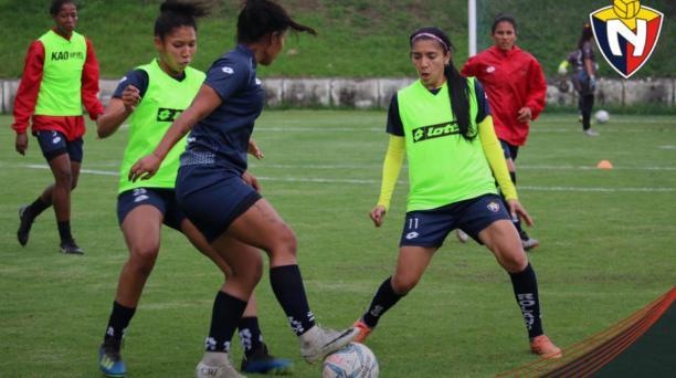 Las jugadoras de El Nacional en uno de los entrenamientos en el complejo de El Sauce, en Tumbaco. Foto: Twitter de El Nacional