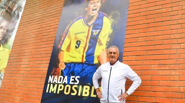 En la Casa de la Selección, el entrenador argentino Gustavo Alfaro trabaja en su oficina. Cortesía de la FEF