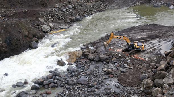 Maquinaria de Celec realizó en noviembre pasado obras de mitigación en una zona del río Coca, en Napo. Foto: Archivo/ EL COMERCIO.