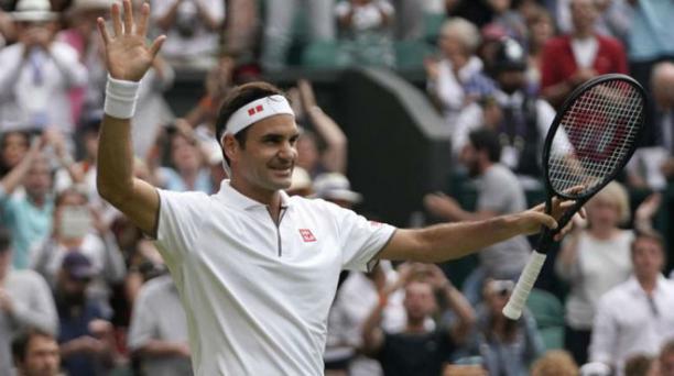 Federer recibe el aplauso de la afición en un partido / EFE