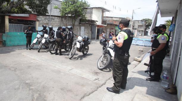 Agentes de la Policía llegaron a los distintos sitios en donde se perpetraron los crímenes en Guayas, durante el fin de semana del 12 y 13 de diciembre del 2020. Foto: Enrique Pesantes/ EL COMERCIO