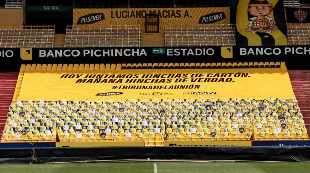 Así lució la tribuna de la unión simulando hinchas de Liga de Quito y de Barcelona en la final de ida. Tomado del Twitter de Diego Arcos. @DiegoArcos14