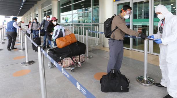 En el aeropuerto Mariscal Sucre se han instalado cámaras térmicas para medir la temperatura corporal. Foto: Vicente Costales / EL COMERCIO