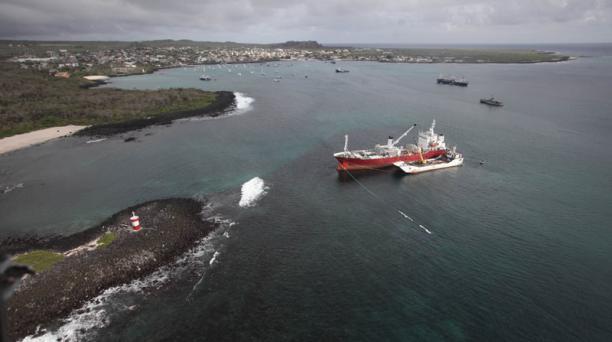 Trabajos para reflotar en buque Galapaface I, varado en el puerto de San Cristobal, Galápagos, sobrevuelo con un helicóptero de la Armada. Foto:Vicente Costales/ El Comercio 23/05/2014