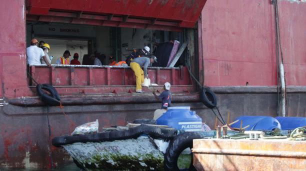 Trabajos para reflotar el buque Galapaface I que se encuentra varado en la isla San Cristoba Foto: Vicente Costales/ El Comercio 20/05/2014