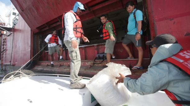 Trabajos para reflorar el buque Galapaface I que se encuentra varado en el puerto de San Cristobal, en la foto las bodegas del buque Foto:Vicente Costales/ El Comercio 21/05/2014