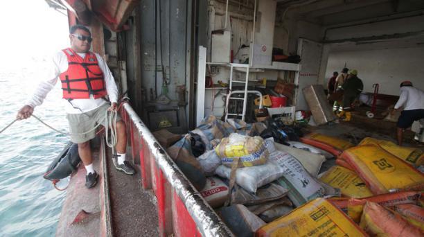 Trabajos para reflorar el buque Galapaface I que se encuentra varado en el puerto de San Cristobal, en la foto las bodegas del buque Foto: Vicente Costales/ El Comercio 21/05/2014