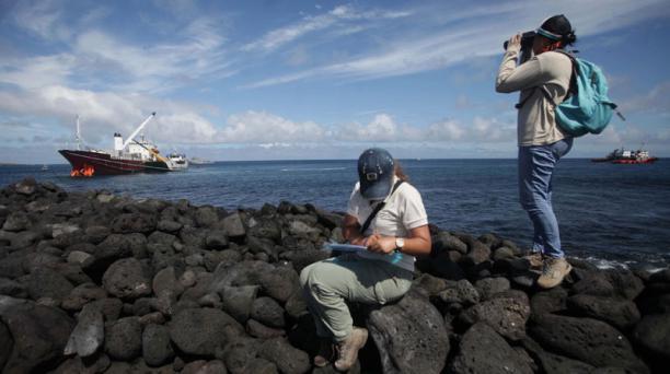 Trabajos para reflorar el buque Galapaface I que se encuentra varado en el puerto de San Cristobal, en la foto una vista desde la playa Punta Carola, personal del parque inspecciona si hay basura del buque Foto: GDA / Vicente Costales/ El Comercio / ECU 2