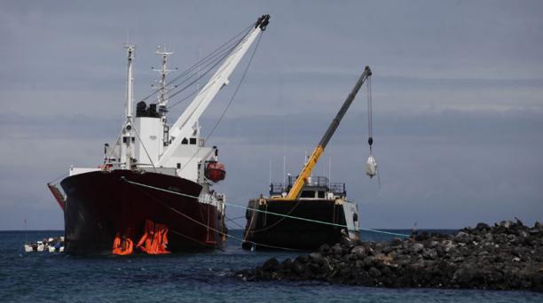 Trabajos para reflorar el buque Galapaface I que se encuentra varado en el puerto de San Cristobal, en la foto la barcaza El Morro sube los equipos para el trabajo Foto: Vicente Costales/ El Comercio 22/05/2014