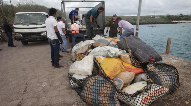 Trabajos para reflorar el buque Galapaface I que se encuentra varado en el puerto de San Cristobal, en la foto los productos que se dañaron en las bodegas son desalojados al puerto Foto:Vicente Costales/ El Comercio 22/05/2014
