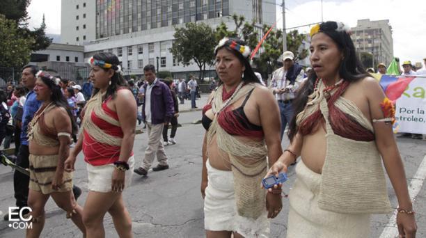 Un grupo de mujeres wuaorani entran al Centro Histórico de Quito. Foto: Galo Paguay/El Comercio