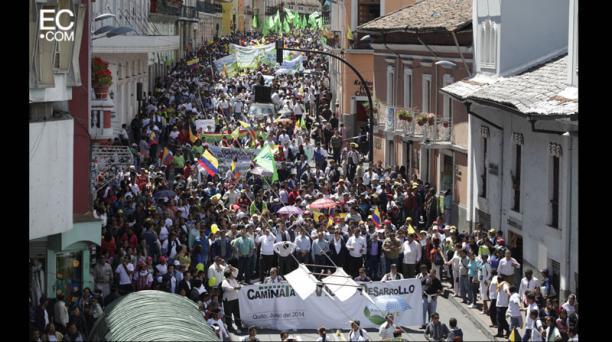 """La """"Caminata por la Vida"""" ocupó la calle Guayaquil, rumbo a la Plaza Grande. Foto: Galo Paguay/El Comercio"""