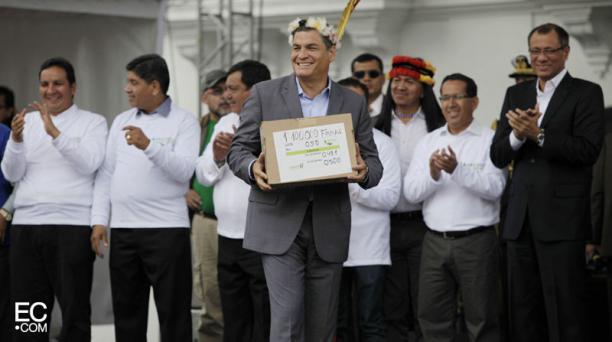 Rafael Correa recibió las firmas de respaldo, en la Plaza Grande. Foto: Galo Paguay/El Comercio