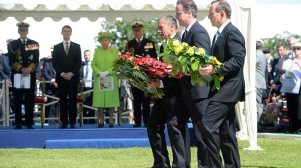 (De izq a der) El gobernador general de Nueva Zelanda, Jerry Mateparae; el primer ministro británico, David Cameron, y su homólogo australiano, Tony Abbott, depositan coronas de flores durante la ceremonia franco-británica en el cementerio militar británi