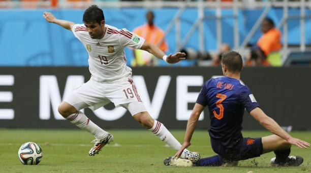 El delantero Diego Costa cae en el área durante el compromiso entre España y Holanda, disputado el 13 de junio en el Arena Fonte Nova de Salvador de Bahía. Foto: EFE