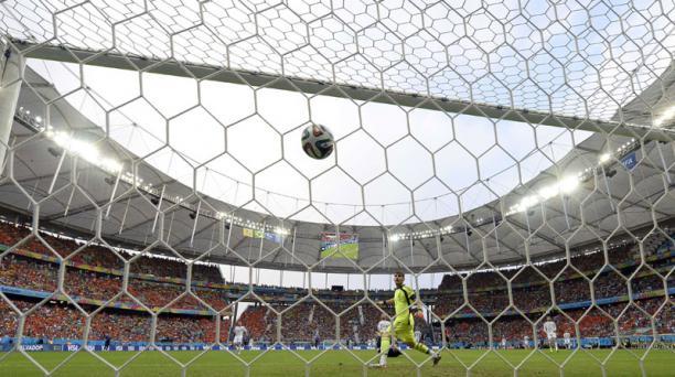 El delantero Robin Van Persie vence la resistencia de Iker Casillas durante el compromiso entre España y Holanda, disputado el 13 de junio en el Arena Fonte Nova de Salvador de Bahía. Foto: AFP
