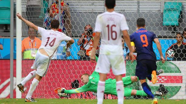 Xabi Alonso marca de penal durante el compromiso entre España y Holanda, disputado el 13 de junio en el Arena Fonte Nova de Salvador de Bahía. Foto: EFE