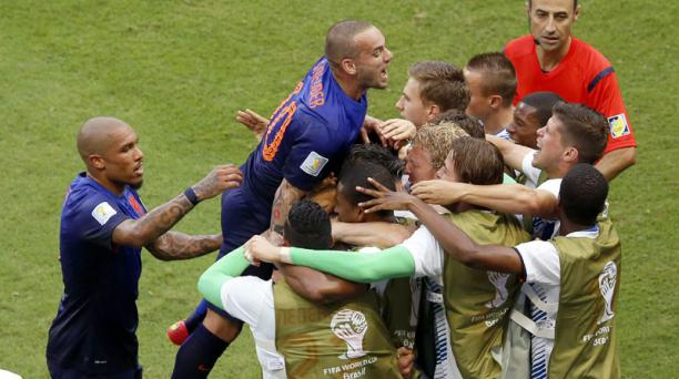 Los jugadores holandeses celebran el tanto de Robben durante el compromiso entre España y Holanda, disputado el 13 de junio en el Arena Fonte Nova de Salvador de Bahía. Foto: EFE