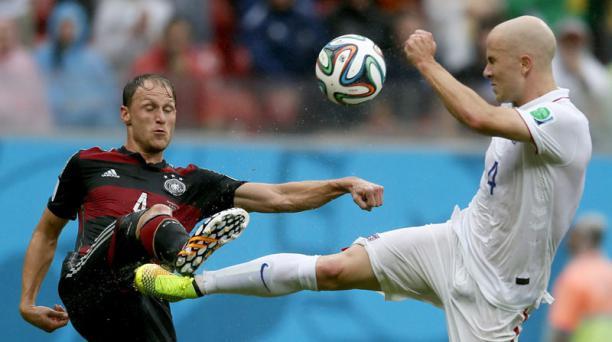 Benedikt Hoewedes de Alemania disputa el balón con Michael Bradley de Estados Unidos. Foto: EFE