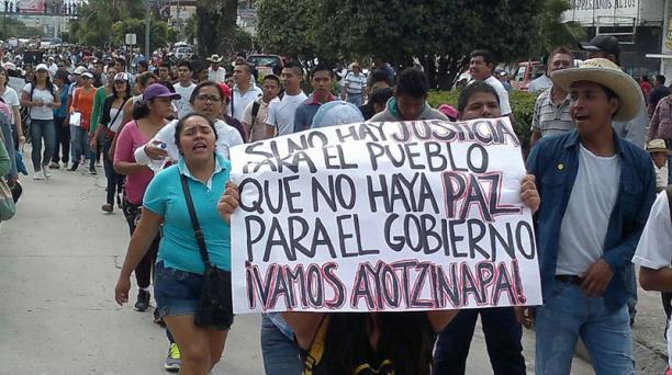 Estudiantes, padres de familia e integrantes de organizaciones sociales se manifiestan hoy miércoles sobre la Autopista del Sol. Foto: EL UNIVERSAL . GDA