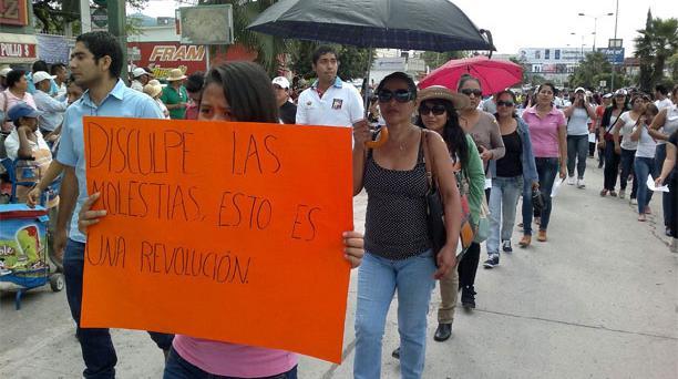 Estudiantes, padres de familia e integrantes de organizaciones sociales se manifiestan en México por la desaparición de 43 estudiantes en el estado de Guerrero. Foto: El Universal / GDA.