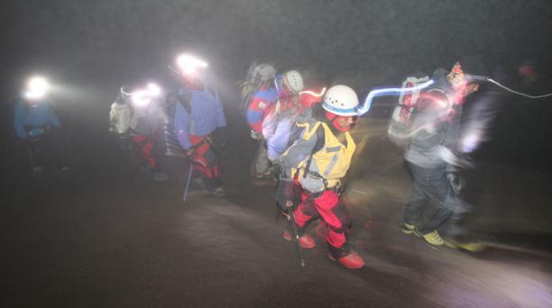 Varios niños y jóvenes intentaron subir al volcán Cotopaxi acompañados de la reina de Quito, Cristina Elizalde, tres de los participantes lo consigueron. Esto es parte del programa del Patronato San José que se denomina De la calle a la cima.  Foto: Vicen
