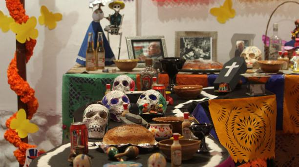 Aspecto de un altar mexicano para conmemorar el ´Día de los Difuntos´ durante una exhibición en La Paz, Bolivia.Foto: EFE/Martin Alipaz