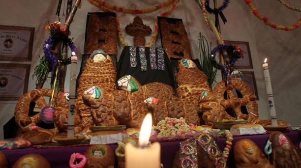Una mesa es dispuesta con alimentos tradicionales de México y Bolivia para conmemorar el Día de los Difuntos en La Paz, Bolivia. Foto: EFE/Martin Alipaz