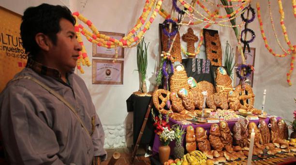 Un visitante observa la exhibición de alimentos tradicionales de México y Bolivia. Foto: EFE/Martin Alipaz