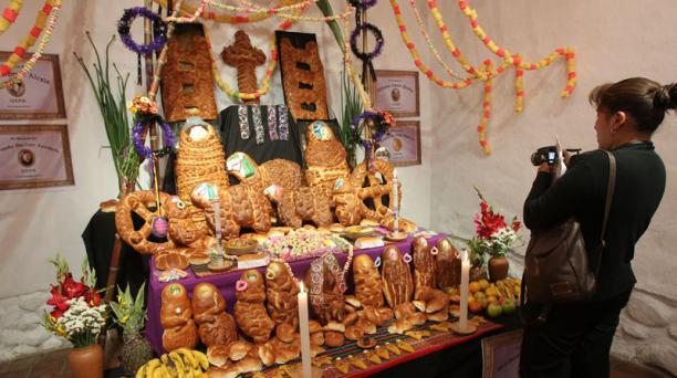 Pan, calaveras, licor, entre otros artículos son parte de la decoración en el Día de los Difuntos. Foto: EFE