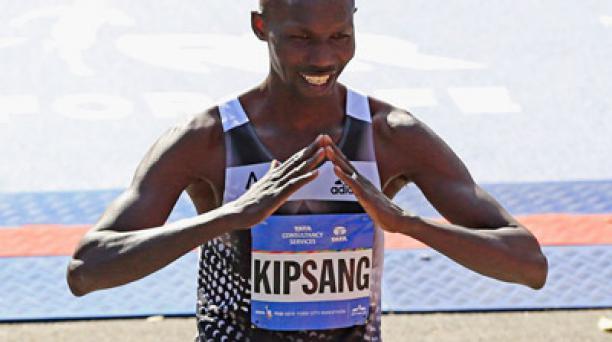 Wilson Kipsang de Kenia celebra su llegada a la meta. Foto: AFP