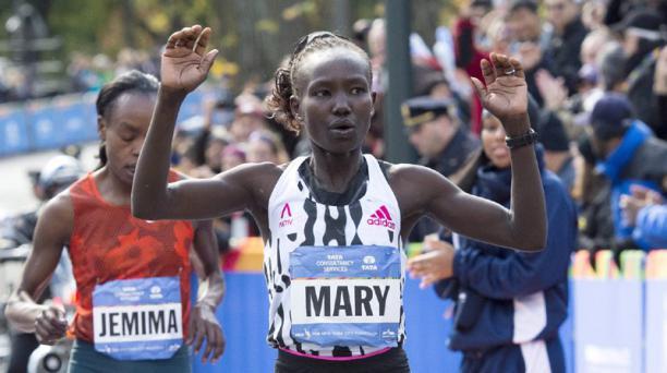 Mary Keitany de Kenia celebra su llegada a la meta en primer lugar de la Maratón de Nueva York. Foto: EFE