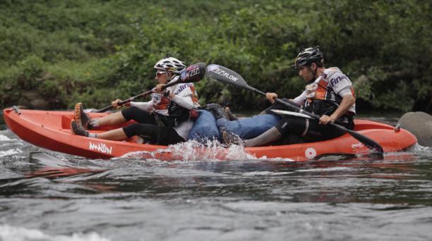 El equipo frances Green Caffte Costa Roca UPS Adventure Haute Maurienne Vanoise se encuentra en tercer lugar y pasaron las sexta transicion y llegaron al rio Jordan para empezar modalidad Kayak por 69 km. Foto: Galo Paguay/ EL COMERCIO
