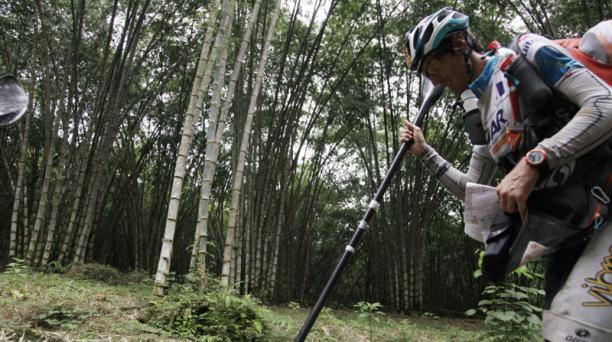 El equipo frances Green Caffte Costa Roca UPS Adventure Haute Maurienne Vanoise se encuentra en tercer lugar y pasaron las sexta transicion y caminan 10Km para llegar al rio Jordan para empezar la modalidad Kayak. Los aventureros caminan por caminos de te