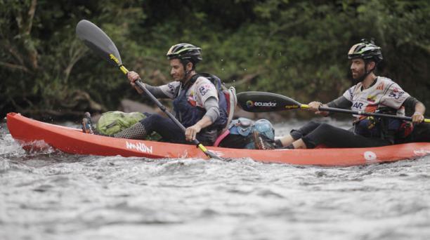 Llegada al rio Jordan donde empieza la modalidad de Kayak por 69 km hasta Cole. El equipo Ecuador Movistar se encuentra en cuarto lugar en este sector. Santiago Miño y Martin Saenz. Foto: Galo Paguay/ EL COMERCIO