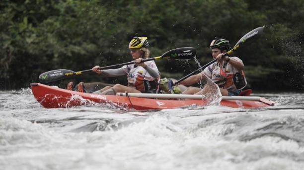 Llegada al rio Jordan donde empieza la modalidad de Kayak por 69 km hasta Cole. El equipo Ecuador Movistar se encuentra en cuarto lugar en este sector. Jari Kirkland y Gonzalo Calisto. Foto: Galo Paguay/ EL COMERCIO