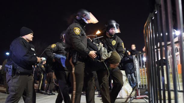 Los policías detienen a un joven en los alrededores de la estación de Policía de Ferguson. Foto: AFP Foto: AFP