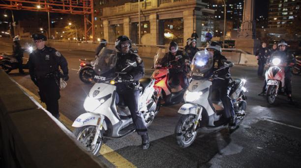 Motos de los policias bloquean el ingreso por Williamsburg Bridge. Foto: AFP