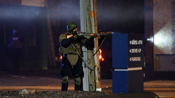 Las tropas militares dispersan a los manifestantes durante la segunda jornada de protestas en Ferguson. Foto: AFP