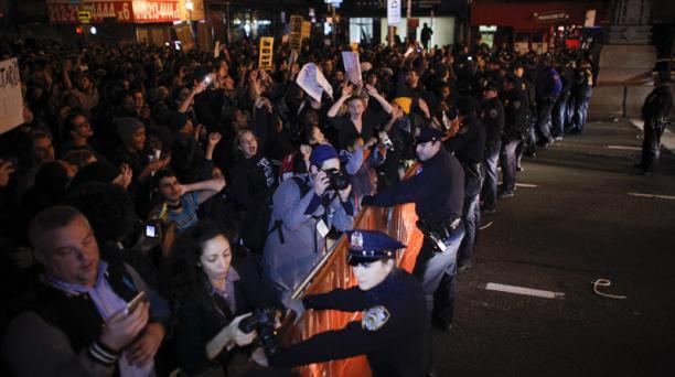 La Policía detiene a una manifestación en la entrada de Williamsburg Bridge. Foto: AFP