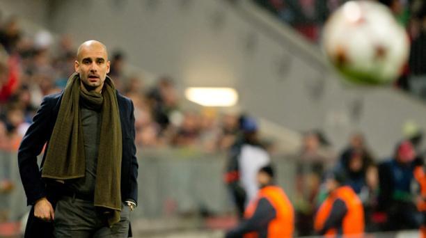 l técnico del Bayern Múnich, Josep Guardiola, observa a sus jugadores ante el CSKA de Moscú