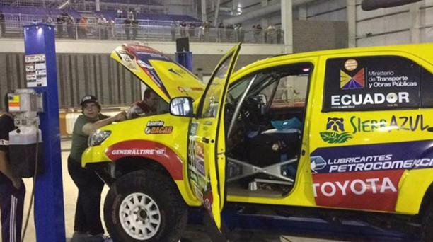 El automovil del equipo ecuatoriano poniéndose a punto antes de la partida. Foto: Tomada de Facebook Equipo Ecuador