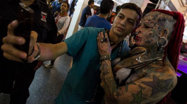 La mexicana María José Cristerna (d), récord Guinness como la mujer más modificada del mundo 96% tatuajes y 45% implantes, participa en el evento