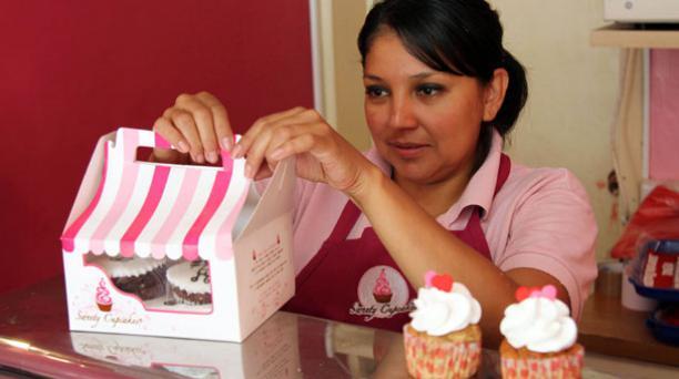 En Quito, el local Sweety Cupcakes ofrece a sus clientes Magdalenas en honor al día del amor y la amistad. Foto: Jenny Navarro/ EL COMERCIO.
