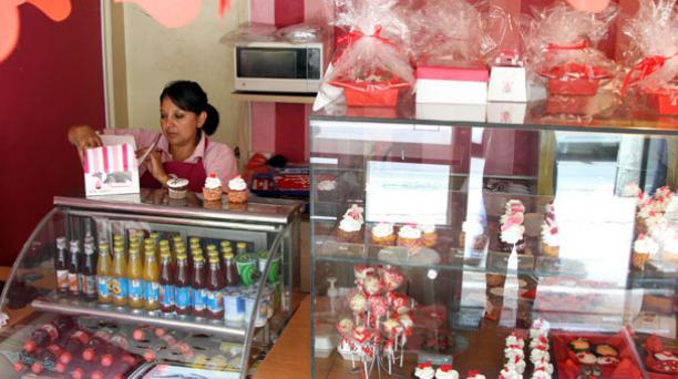 El local Sweety Cupcakes, ubicado en Quito, está decorado con motivos de San Valentín. Foto: Jenny Navarro/ EL COMERCIO.