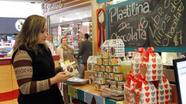 En Quito, el negocio Niños de Chocolate ofrece a su clientela diversos productos decorados especialmente para San Valentín. Foto: Jenny Navarro/ EL COMERCIO.