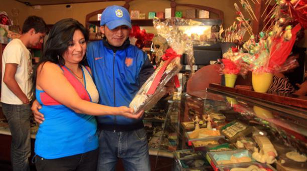 Anita LLivisaca y Pablo quinche visitan la tienda de Godika, Di Katy ubicada en Cuenca donde todos los productos se hacen con chocolate. Foto: Xavier Caivinagua/ EL COMERCIO.
